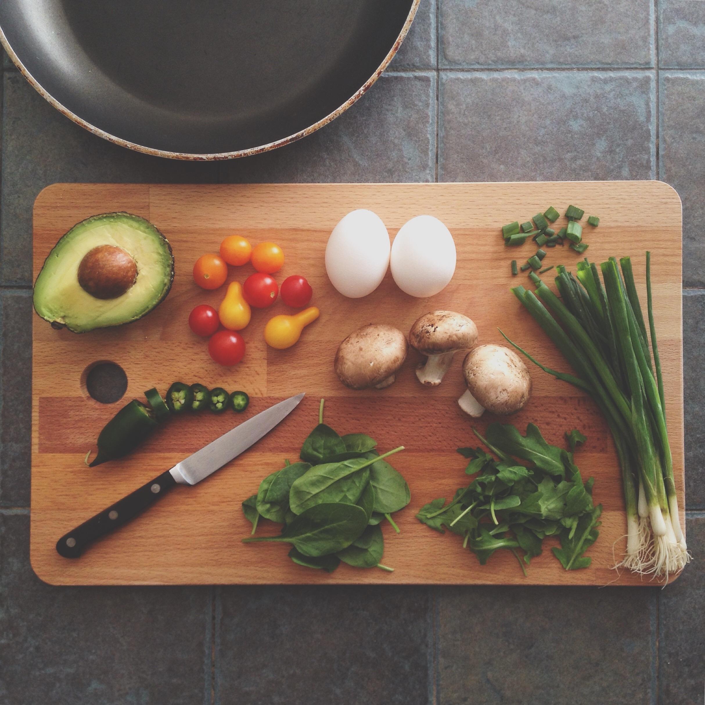 Légumes sur une plache en bois unsplash